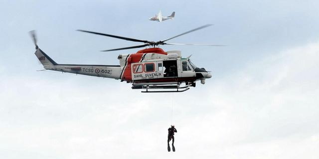 Göçmenleri donmaktan helikopterle kurtardılar