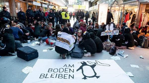 TEGEL HAVALİMANI'NDA İKLİM PROTESTOSU