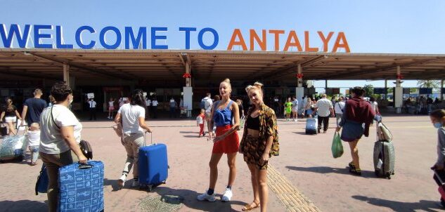 ANTALYA'YA RUS TURİST YAĞIYOR